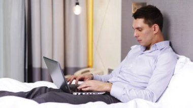 Businessman working with laptop computer in hotel — Stock Video