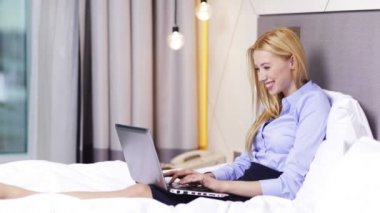 Businesswoman working with laptop computer in hotel — Stock Video