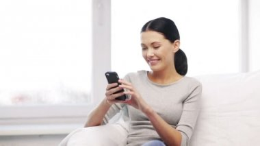 Woman with cell phone sending text message — Stock Video