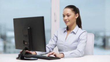 Empresaria con computadora de oficina — Vídeo de Stock
