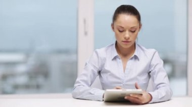 Serious businesswoman with tablet pc — Stock Video