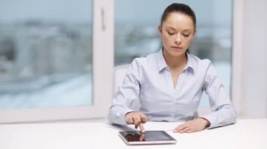 Serious businesswoman with tablet pc in office — Stock Video