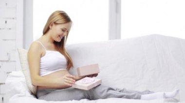 Mujer embarazada con caja de regalo — Vídeo de stock
