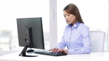 Busy businesswoman with computer in office — Stock Video