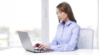 Busy businesswoman with laptop in office — Stock Video
