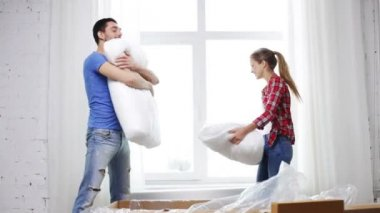 Smiling couple opening big cardboard box with sofa — Stok video