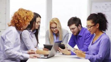 Lächelnd Team mit Laptop und Table-Pcs — Stockvideo