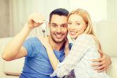 Sorridente coppia tenuta chiavi a casa — Foto Stock
