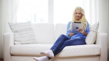 Smiling woman with tablet pc computer at home — Stock Video