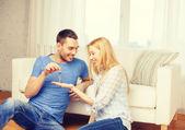 Hombre dando las llaves a la novia o esposa en casa — Foto de Stock