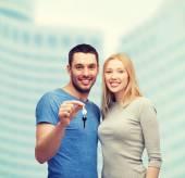Sonriente pareja holding llaves — Foto de Stock