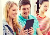Estudiantes sonrientes con tablet pc en la escuela — Foto de Stock