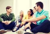Cinque adolescenti sorridenti divertirsi a casa — Foto Stock