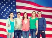 Grupo de estudiantes sonrientes de pie — Foto de Stock