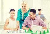 Uśmiechający się architektów pracujących w biurze — Zdjęcie stockowe