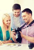 Squadra sorridente con fotocamera lavorando in ufficio — Foto Stock