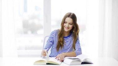 Chica estudiante sonriente feliz con libros — Vídeo de Stock