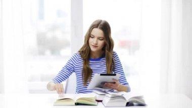 Ler student tjej med tabletpc och böcker — Stockvideo