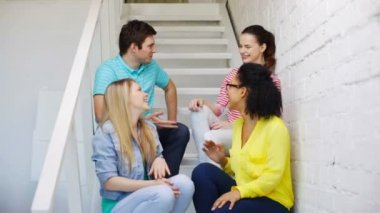 Uśmiechający się studentów co wysoki pięć gest siedzi — Wideo stockowe