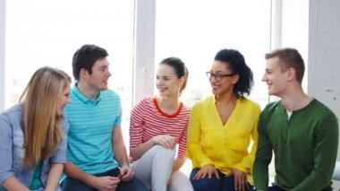 Uśmiechający się uczniów o rozmowy w szkole — Wideo stockowe