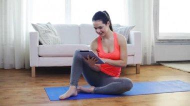 Sorridente ragazza adolescente con tablet pc a casa — Video Stock