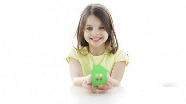 Uśmiechnięta dziewczynka gospodarstwa dom papieru — Wideo stockowe