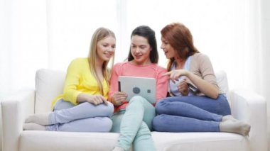 Teenage girls with tablet pc and credit card — Stock Video