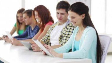 Estudiantes sonrientes con tablet pc en la escuela — Vídeo de Stock