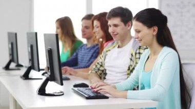 Uśmiechający się studentów z komputerów w szkole — Wideo stockowe
