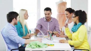 Designers de moda, trabalhando no escritório a sorrir — Vídeo Stock