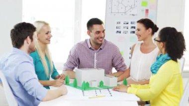Uśmiechający się Architekci robią piątkę w biurze — Wideo stockowe