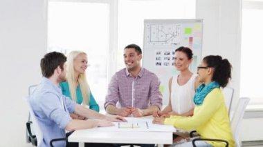 Gerne kreativ-Team feiert Sieg im Büro — Stockvideo