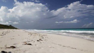 Blu mare o oceano, sabbia bianca e cielo con nuvole — Video Stock