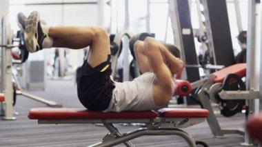 Młody człowiek z hantle w siłowni — Wideo stockowe