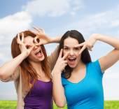 Lachende tienermeisjes plezier — Stockfoto