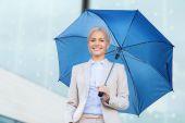 Joven empresaria sonriente con aire libre paraguas — Foto de Stock