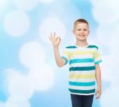 Kleine jongen in casual kleding ok gebaar maken — Stockfoto