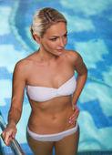 Felice donna che alza sopra in piscina — Foto Stock