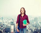 Uśmiechający się kobiet student z worka i notebooków — Zdjęcie stockowe