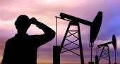 Black silhouette of oil worker and pump jack — Stock Photo