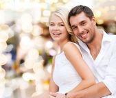 Coppie felici che hanno divertimento su sfondo di luci — Foto Stock