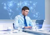Empresario con portátil trabaja en oficina — Foto de Stock