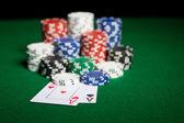 Close up van casino chips en speelkaarten — Stockfoto