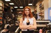 Glimlachen assistent of klant bij Muziekwinkel — Stockfoto