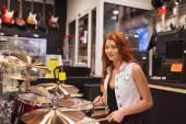 Musicista sorridente giocare piatti al negozio di musica — Foto Stock