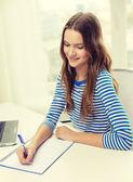 Lächelnd teenager-laptop-computer und notebook — Stockfoto