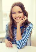 Adolescente souriante avec ordinateur portable à la maison — Photo