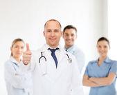 Lachende mannelijke arts met een stethoscoop — Stockfoto