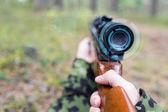 Chiuda in su del soldato o cecchino con la pistola nella foresta — Foto Stock
