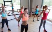 组的妇女延寿与酒吧在健身房 — 图库照片